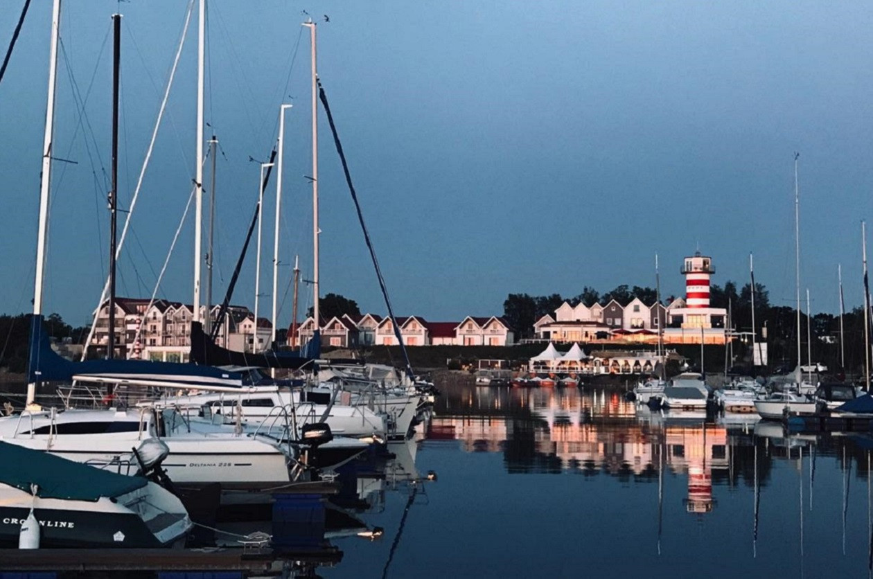 Auch Hafenfeeling kommt am Geierswalder See auf.  Der Leuchtturm ist eine Gaststätte.