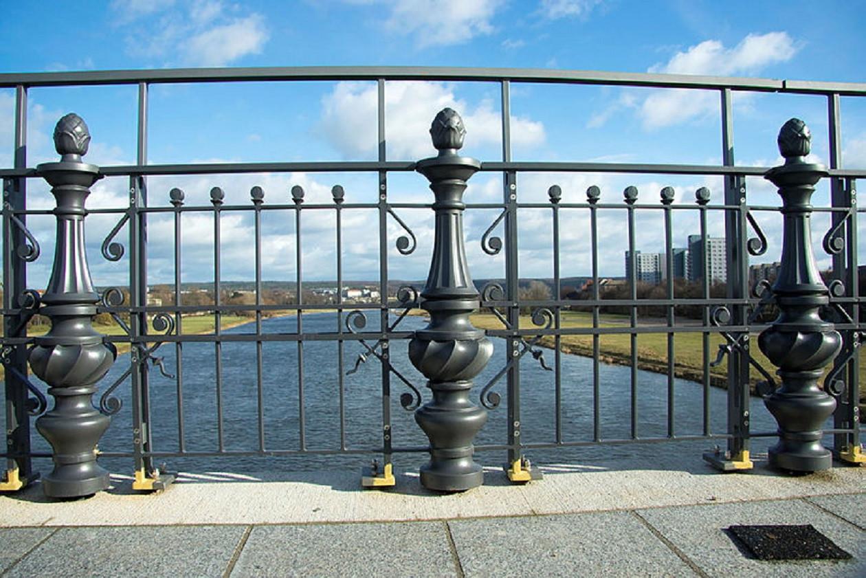 Die Albertbrücke ziert eine Besonderheit - das Doppelgeländer.