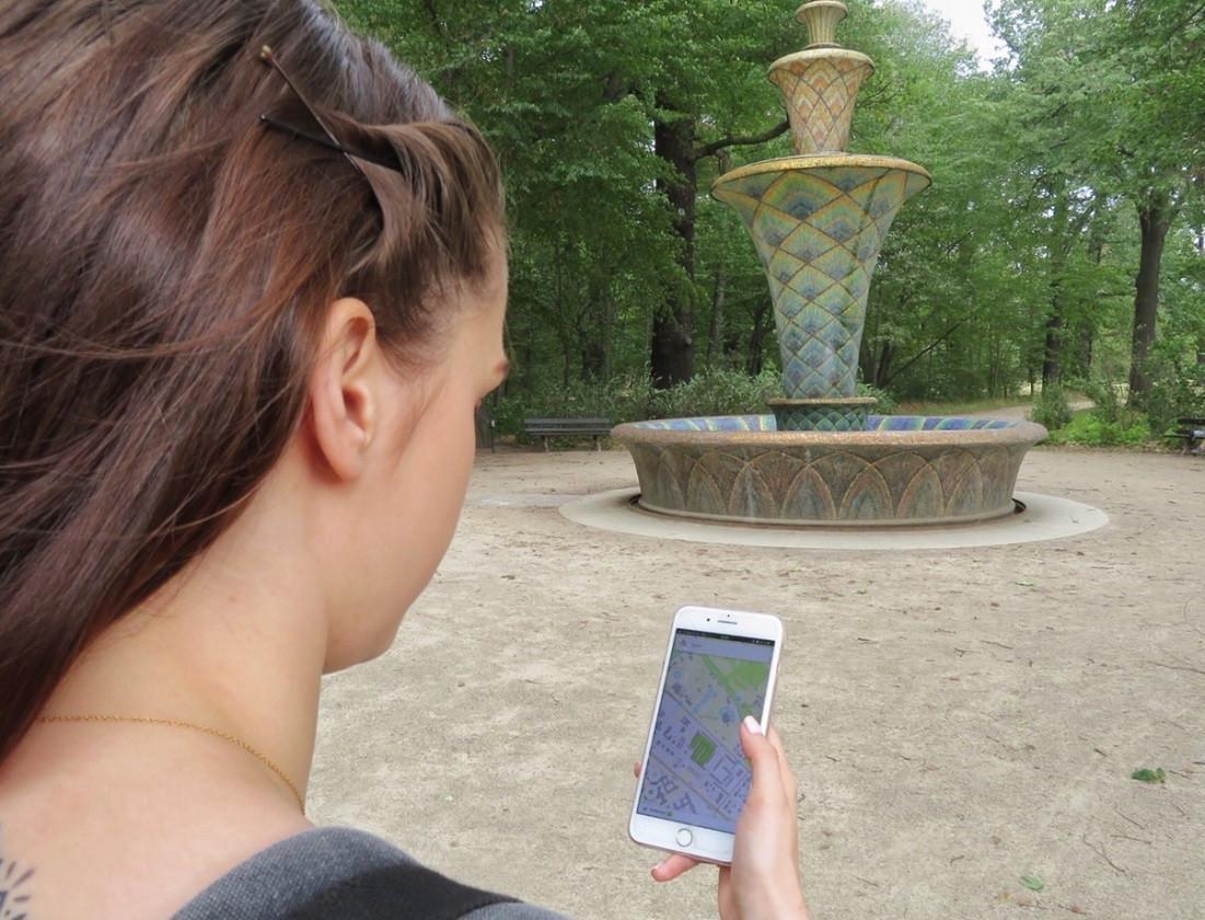 Mit dem Smartphone und der meinGrün Web-App können Sie die Grünflächen in Dresden erkunden.