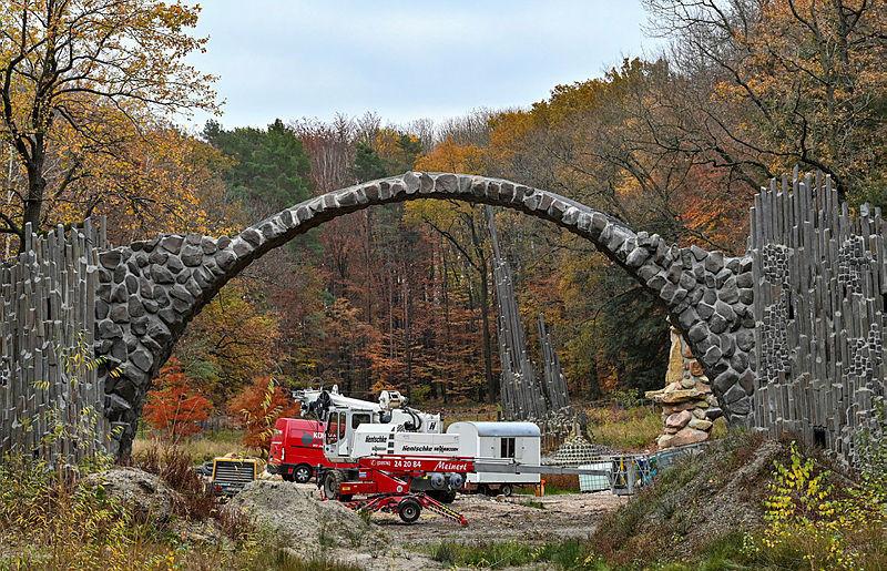 Wieder ohne Gerüst, aber noch Baustelle: die Rakotzbrücke.