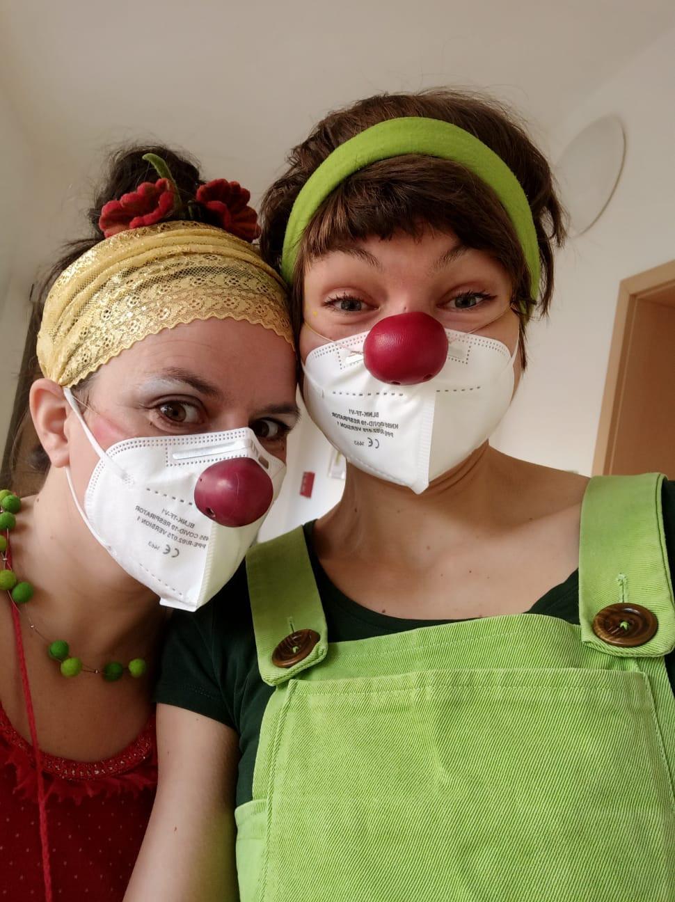 Zwei Clowninnen bei der Arbeit: Yaelle Dorison (re.) und Elisa Mendt.