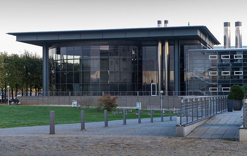 Der Landtag in Sachsen mit seiner modernen Architektur ist Startpunkt für unseren Spaziergang.