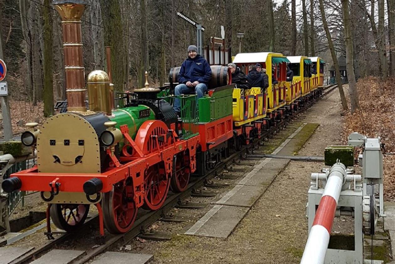 """Geöffnet Sonn- und Feiertags 10 bis 17 Uhr, Samstags 13.30 bis 17 Uhr: <a href=""""https://augusto-sachsen.de/articles/freizeiterlebnis-parkeisenbahn-goerlitz-506"""">Görlitzer Parkeisenbahn</a>"""