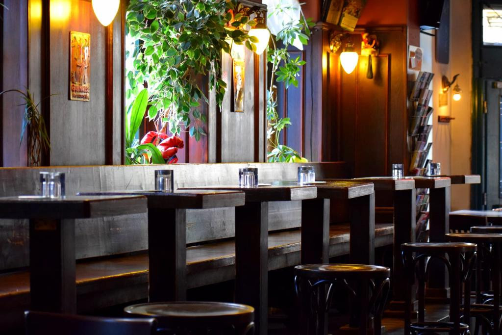 Die gemütliche Beleuchtung und die stilvollen Holzmöbel laden im Old Beams zum Verweilen ein.
