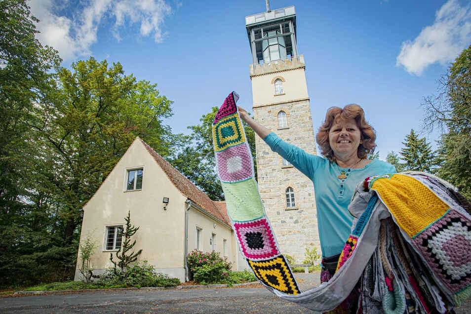 Kein Witz: Die Kamenzerin Kerstin Boden häkelt mit mehr als 100 fleißigen Helferinnen und Helfern den Hutbergturm ein.