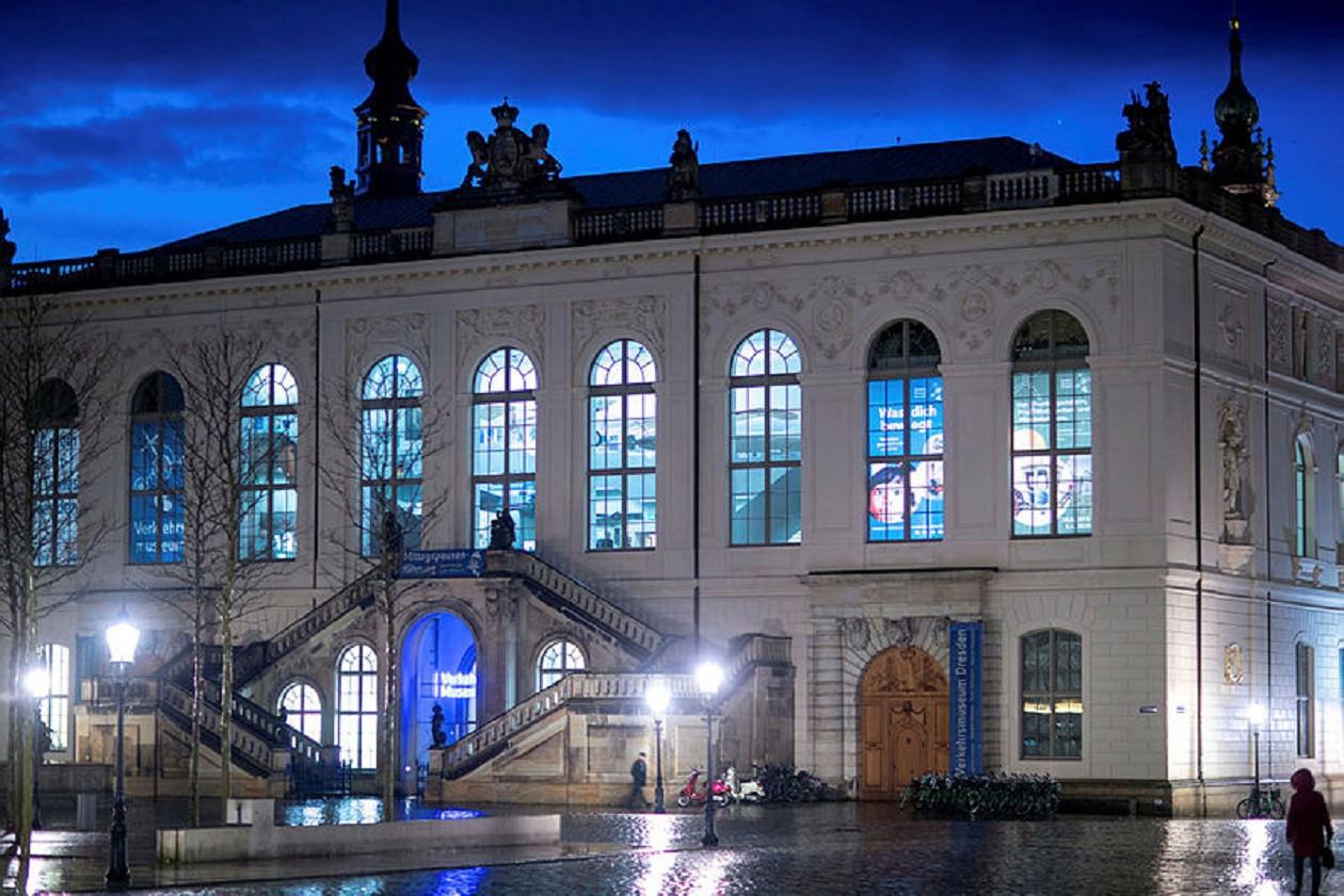 """Geöffnet dienstags bis sonntags 10 bis 18 Uhr: <a href=""""https://augusto-sachsen.de/articles/freizeiterlebnis-verkehrsmuseum-dresden-613"""">Verkehrsmuseum Dresden</a>"""