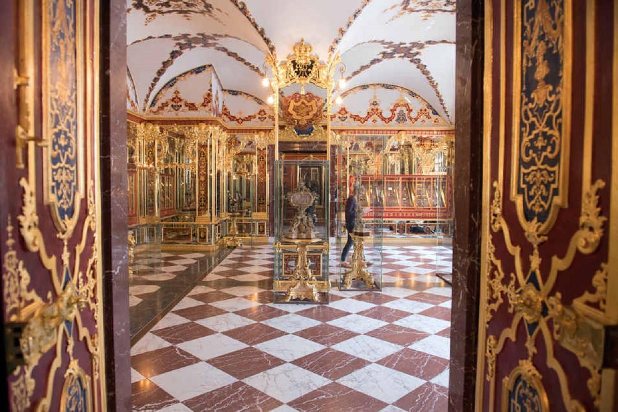 """Geöffnet täglich außer dienstags 11 bis 17 Uhr: <a href=""""https://augusto-sachsen.de/articles/freizeiterlebnis-dresdner-schloss-und-gruenes-gewoelbe-915"""">Dresdner Schloss und Grünes Gewölbe</a>"""
