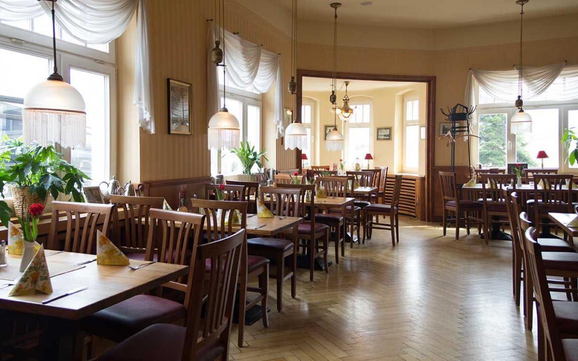 Die gemütliche Atmosphäre im Cafè ist vor allem der Restaurierung der originalen Riemerschmid-Möbel zu verdanken.