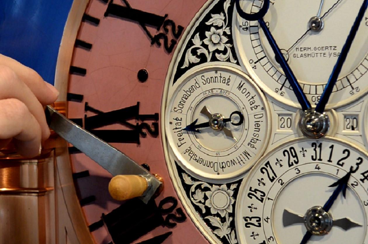 Die Astronomische Kunstuhr von Hermann Goertz wird einmal im Monat aufgezogen.
