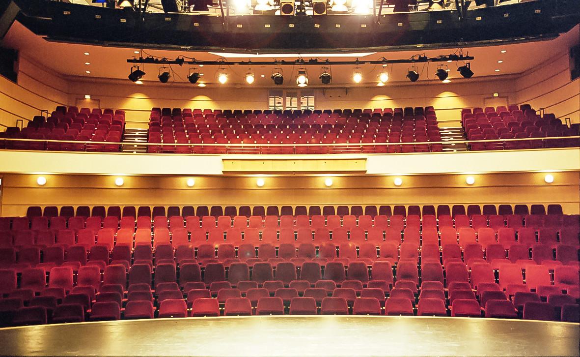 Blick in den imposanten Zuschauersaal der Comödie Dresden, die ihr Domizil im World Trade Center hat.