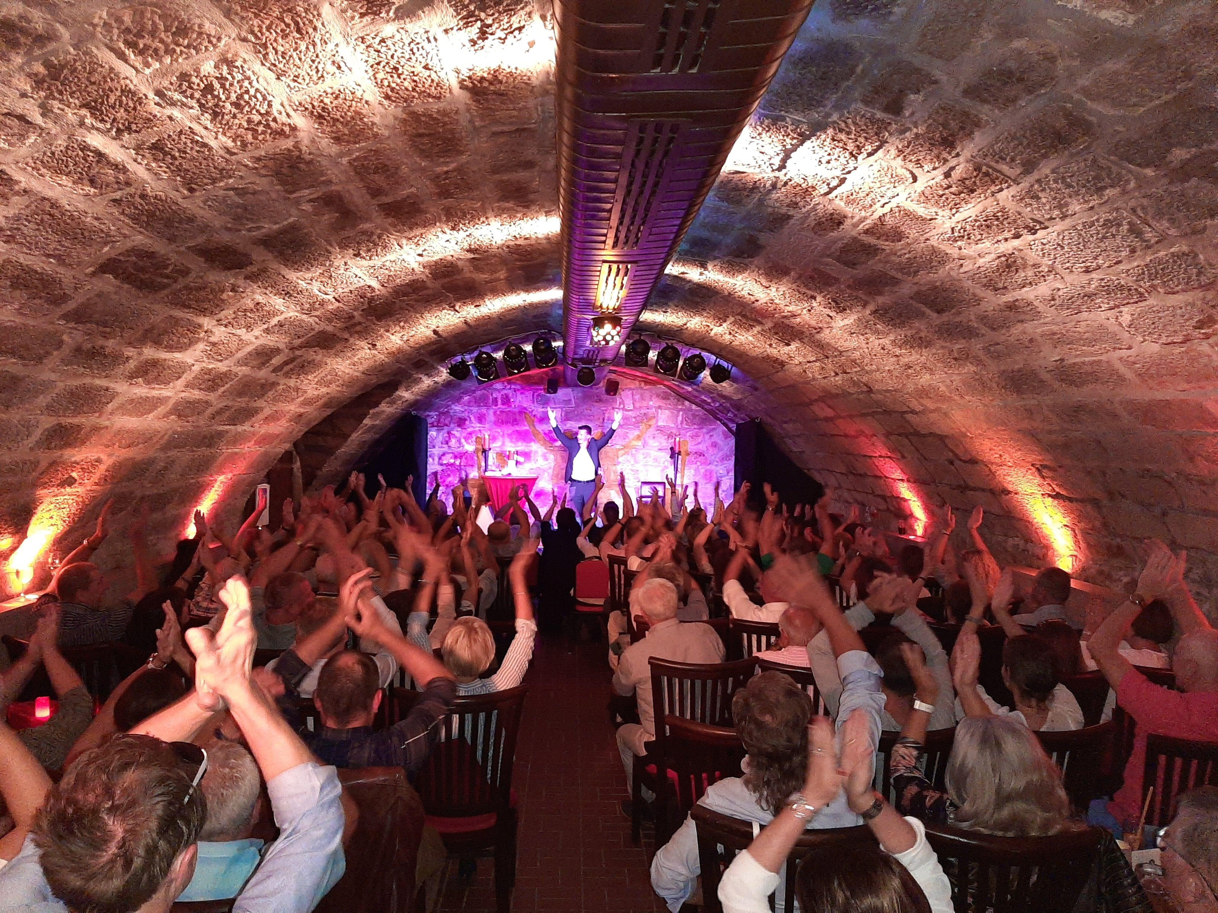 Klatschen, lachen, feiern: Der Dresdner Comedy & Theaterclub in Bestform.