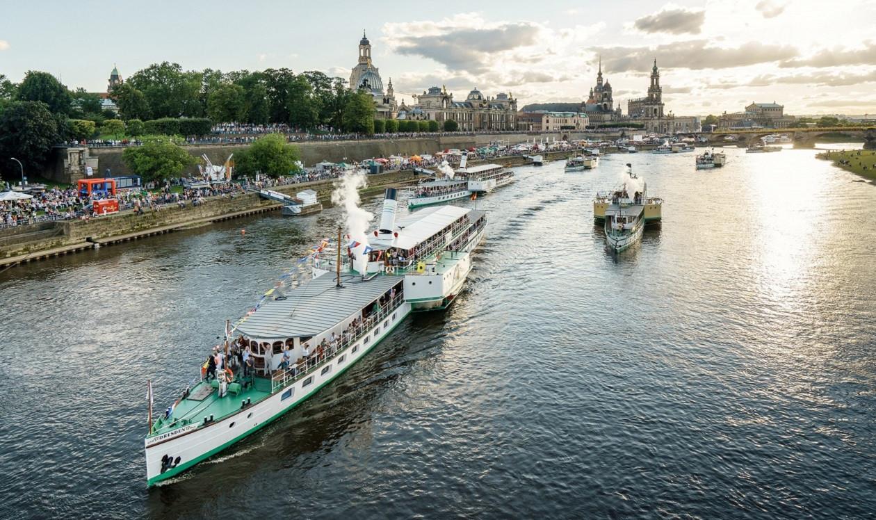 """Die jährliche Dampferparade ist einer der Höhepunkte der Saison.Karin Hildebrand """"steuert"""" Sachsens Dampfer auf der Elbe."""