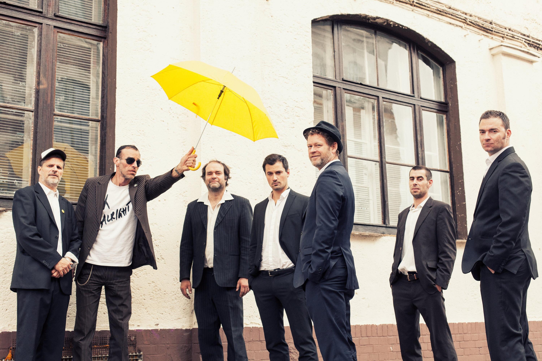 Die Band Yellow Umbrella gilt als Dresdens Reggae-Institution, leicht zu erkennen am gelben Schirm.