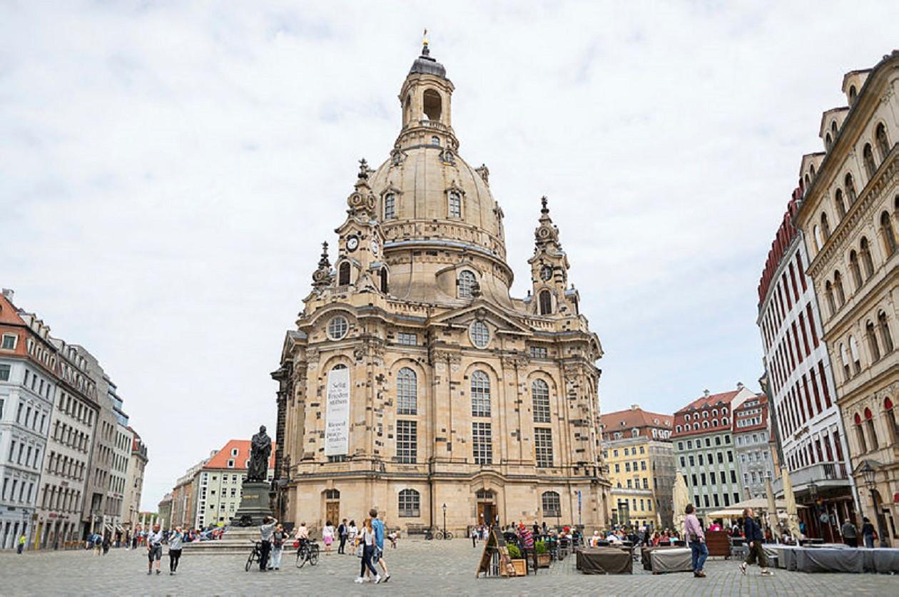 """Geöffnet in der Regel werktags 10 bis 12 Uhr sowie 13 bis 18 Uhr, am Wochenende je nach Veranstaltungsangebot: <a href=""""https://augusto-sachsen.de/articles/freizeiterlebnis-frauenkirche-dresden-645"""">Frauenkirche Dresden</a>"""