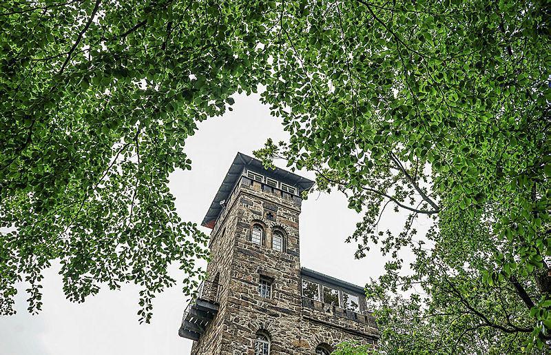 Auf dem Czorneboh steht seit seit genau 150 Jahren dieser Turm. Es ist damit der Älteste aus Stein in der Oberlausitz.