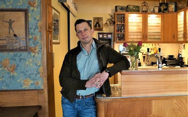 Tobias Hahn liebt seinen Job und hofft darauf, bald wieder ein guter Gastgeber im Café Weinberg sein zu dürfen.