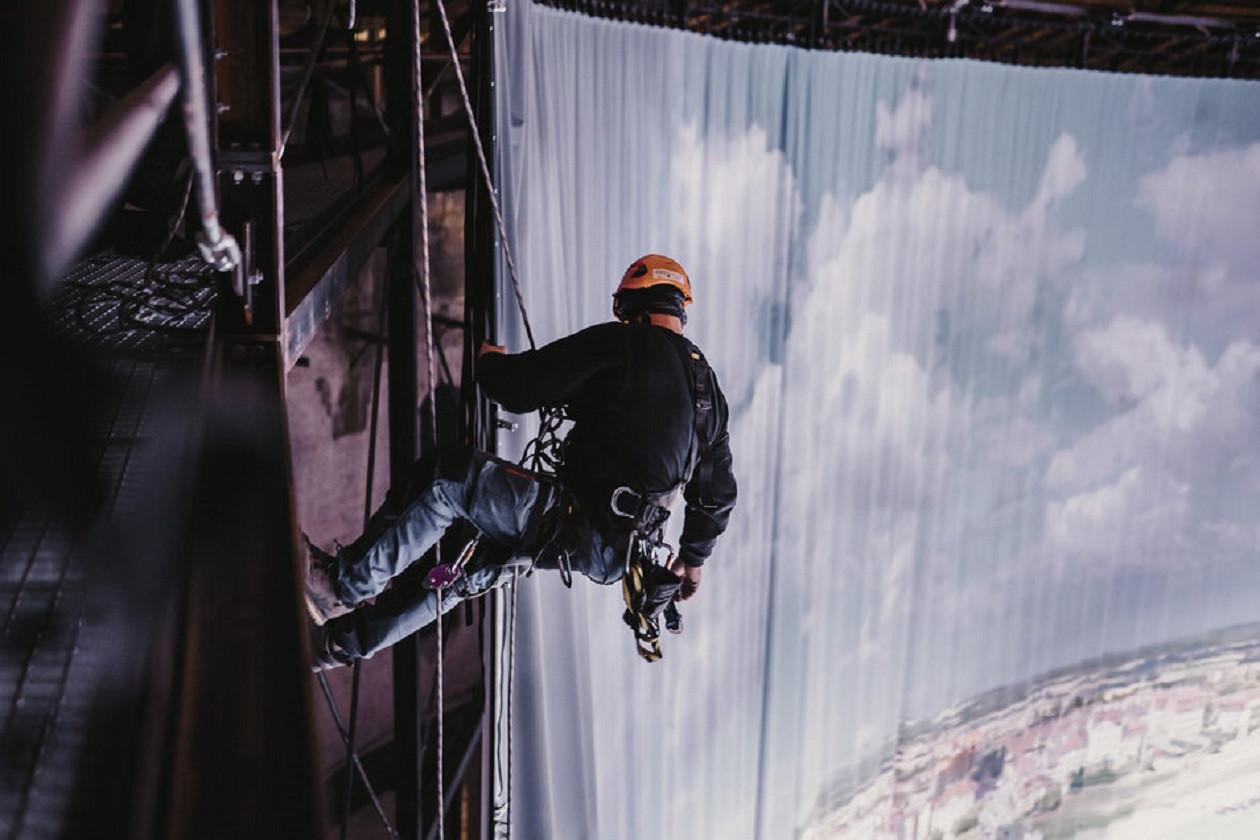 Höhenangst dürfen die Monteure beim Bildwechsel im Panometer nicht haben.