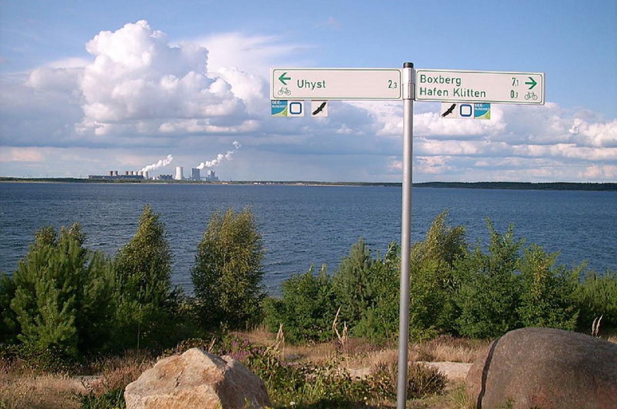 Über den Bärwalder See hinweg ist das Kraftwerk Boxberg gut zu erkennen.