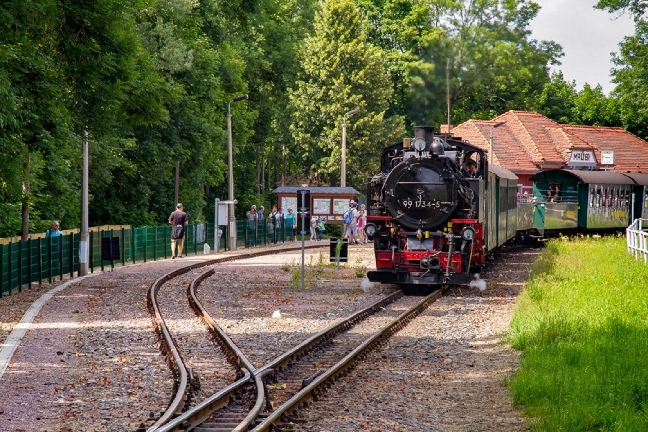 Hier zieht die Dampflok 99 1734-5, 1928 in Chemnitz gebaut, die Wagen der Weißeritztalbahn.