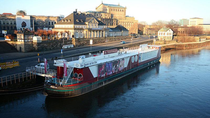 Der Theaterkahn liegt am Elbufer direkt vor Dresdens weltberühmter Kulisse.