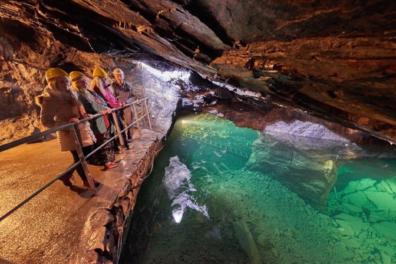 Das Mutter-Gottes-Lager war einst das Eisenerzlager und ist heute ein farbenprächtiger unterirdischer See.