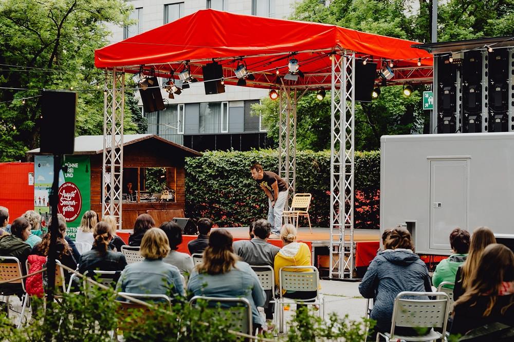 Am Haus der Presse lädt der Augusto-Sommergarten mit Bühne und Gastro zum Verweilen ein..