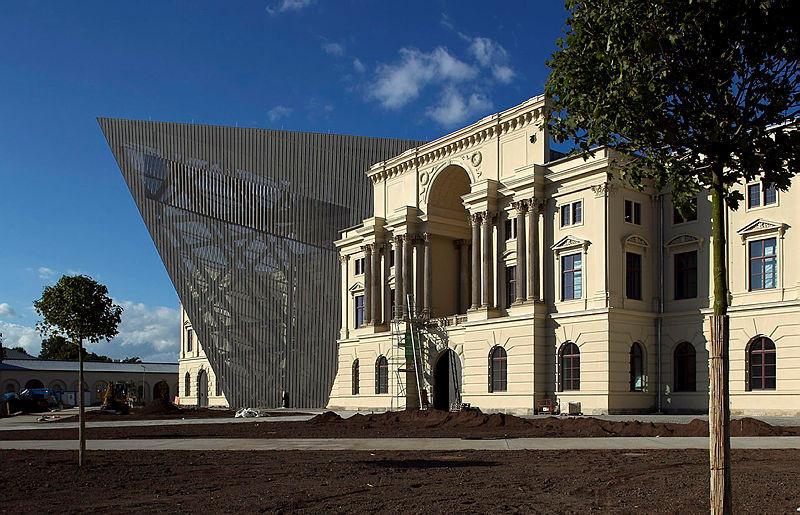 Das Militärhistorische Museum fällt durch seinen Keil sofort auf.