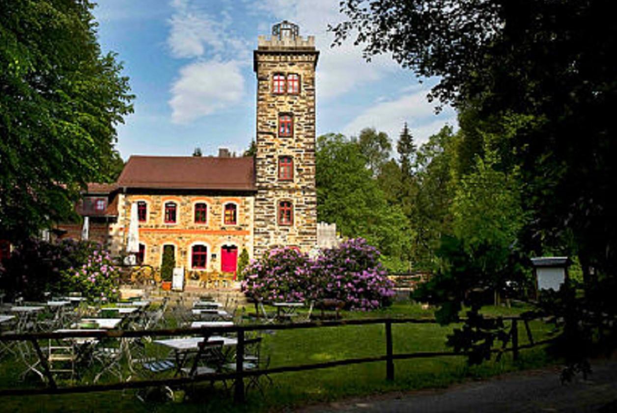 Turm und Gastronomie auf dem Butterberg bei Bischofswerda laden wieder ein.
