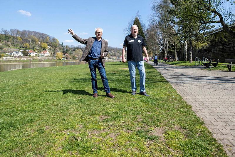 Tom Pauls und Gert Lorenz zeigen, wo die Bühne am Pirnaer Elbufer stehen wird.