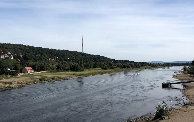 Der Dresdner Fernsehturm vom Blauen Wunder aus gesehen.