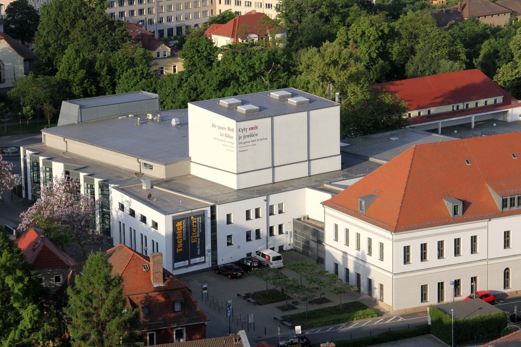 Das große Haus des Bautzener Theaters aus der Vogelperspektive.