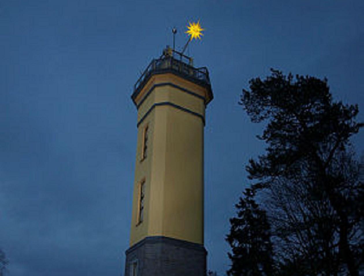 An der Spitze des Turms auf dem Monumentberg leuchtet ein Herrnhuter Stern.