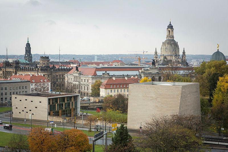 Dresdens neue Synagoge am einen Ende der Carola-Brücke.