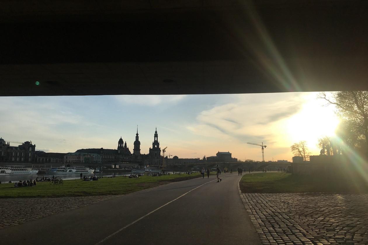 Die Carola-Brücke von unten - langsam taucht Dresdens berühmte Ansicht auf.