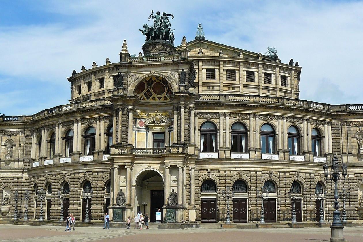 Auch mit Corona-Maßnahmen kann das berühmte Dresdner Opernhaus entspannt erkundet werden.