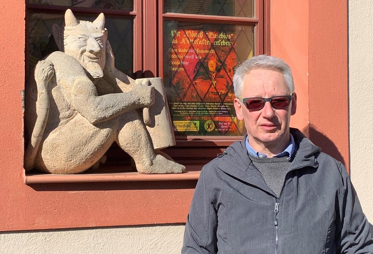 Geschäftsführer Bodo Siegert vor dem Mönchshof zu Bautzen.