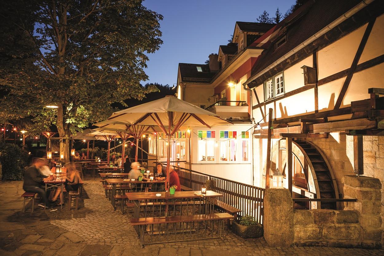 Im Biergarten des Mühlenhofes in Schmilka kann man in besonders anheimelndem Ambiente einkehren.