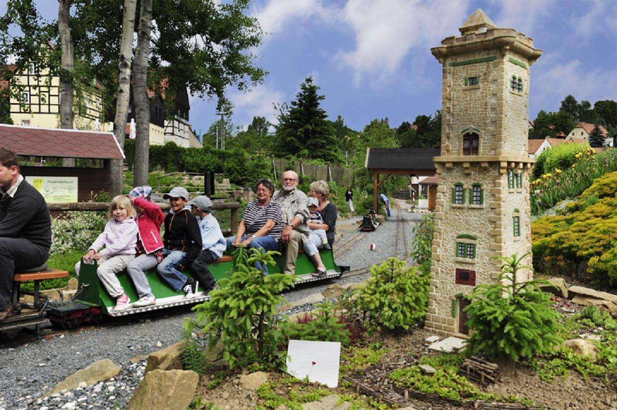"""Geöffnet täglich von 10 bis 18 Uhr: <a href=""""https://augusto-sachsen.de/articles/freizeiterlebnis-miniaturpark-die-kleine-saechsische-schweiz-111"""">Kleine Sächsische Schweiz in Dorf Wehlen</a>"""