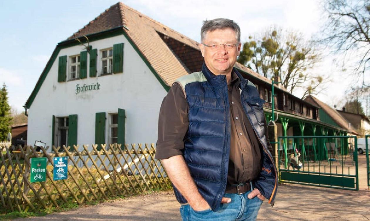 Zeichen für die Rückkehr der Außengastronomie: Holger Zastrow hat seine Hofewiese wieder geöffnet.