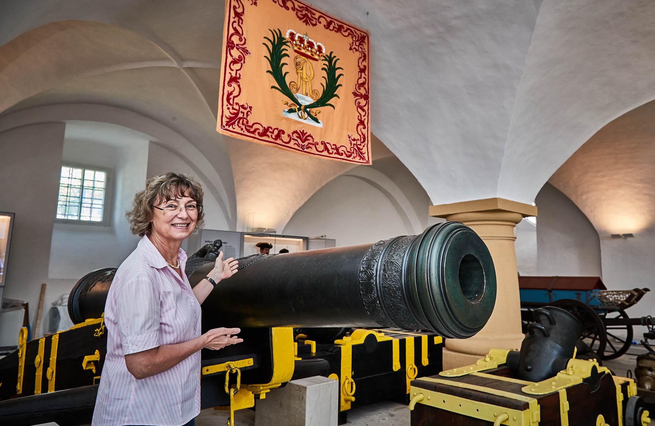 Dr. Angelika Taube, Geschäftsführerin der Festung Königstein gGmbH, präsentiert ein Exponat der Ausstellung.