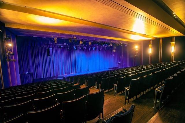 Der sonst volle Große Saal im Boulevardtheater Dresden.