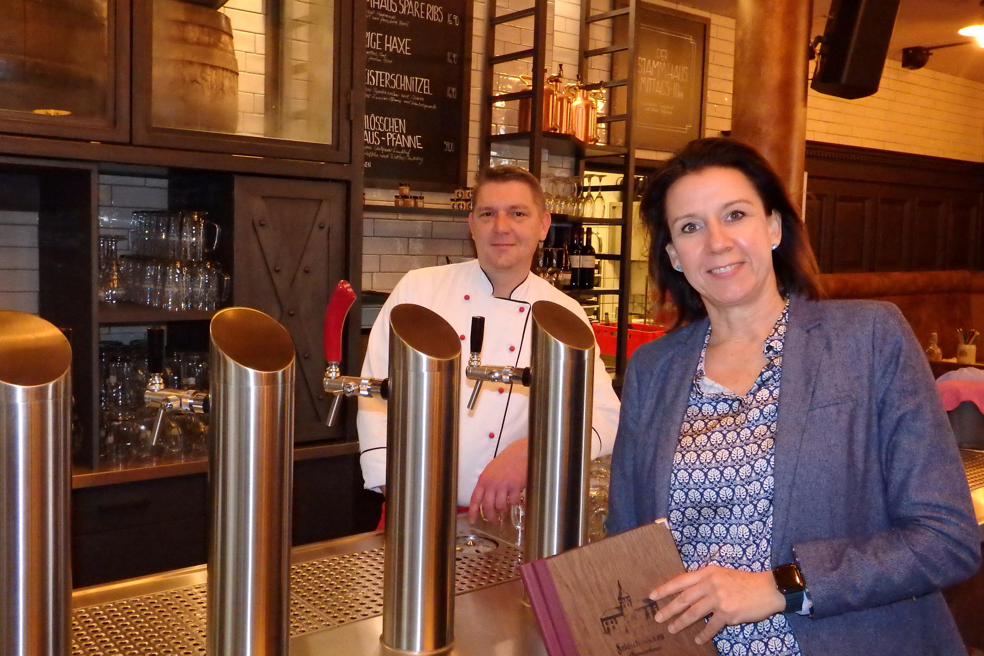 Modern und traditionell zugleich: Geschäftsführerin Mandy Seidel und Küchenchef Lars Hrzywnatzki an der neuen Bar im Feldschlösschen-Stammhaus.