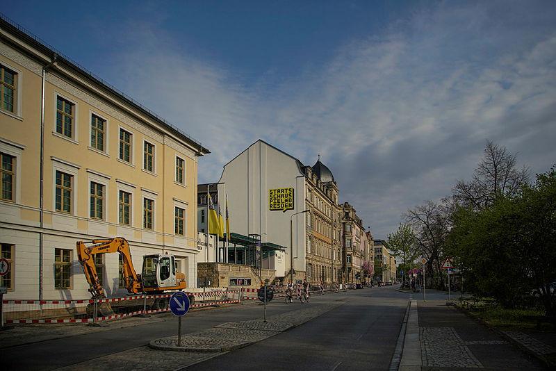Das Kleine Haus des Staatsschauspiel steht in der Neustadt.