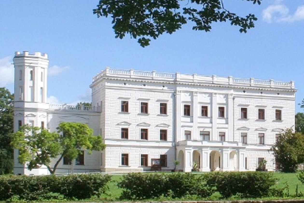 Das Schloss Krobnitz wurde wieder in den Zustand des Umbaus durch den preußischen Kriegsminister versetzt.