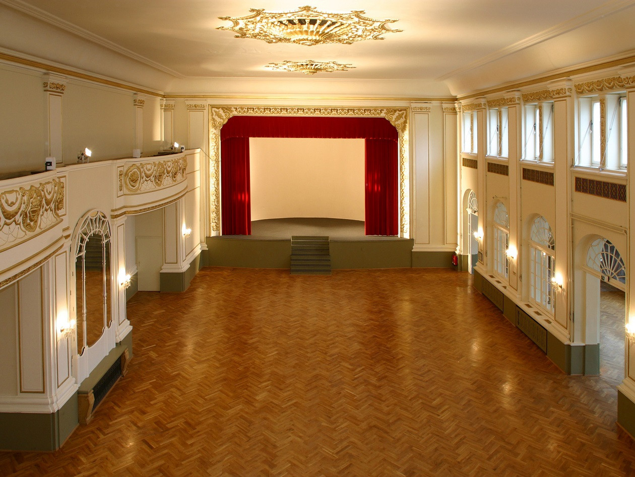 Blick in den seit vielen Wochen leeren Ballsaal des Parkhotels Dresden.
