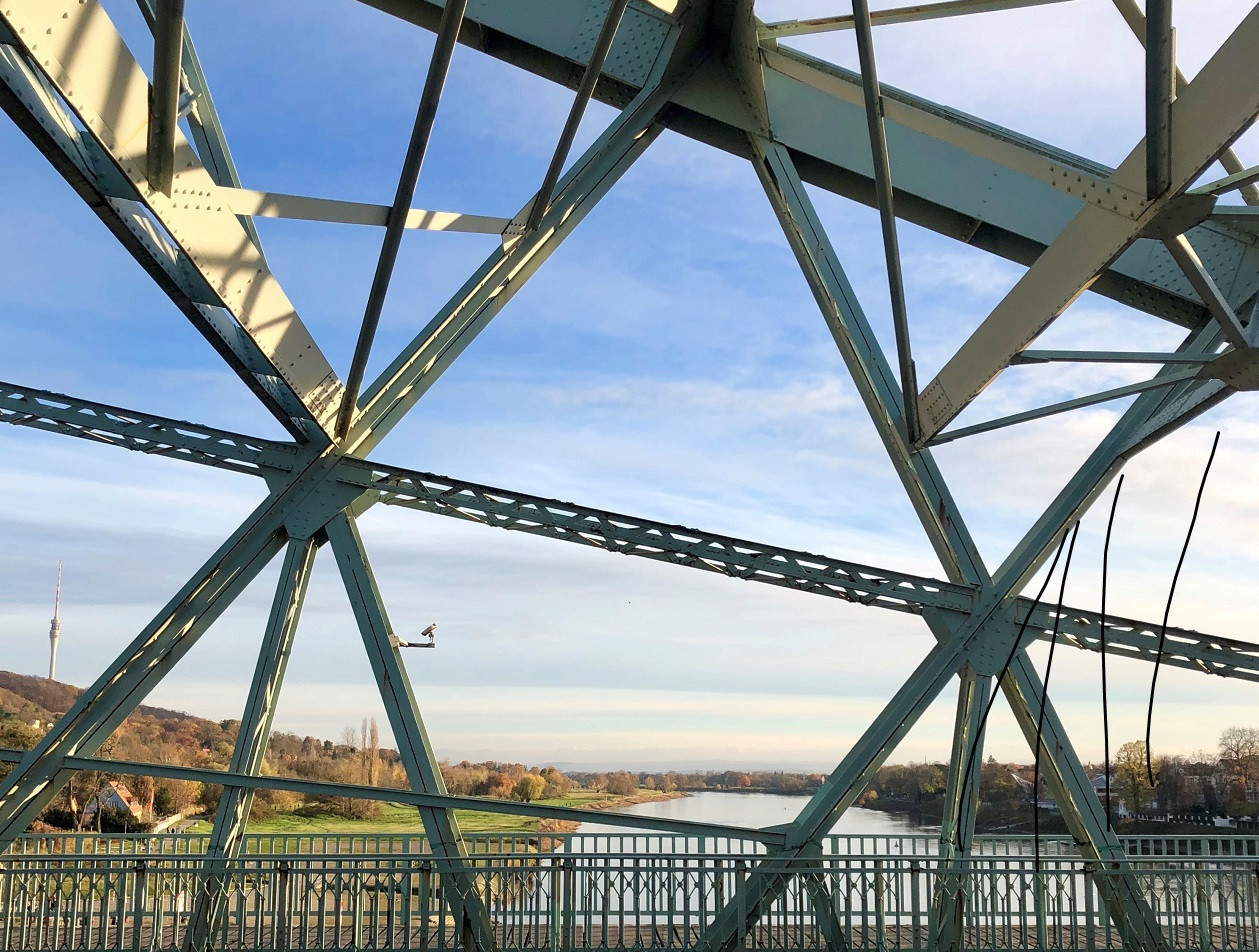 Blick durch die Stahlkonstruktion des Blauen Wunder auf den Dresdner Fernsehturm.