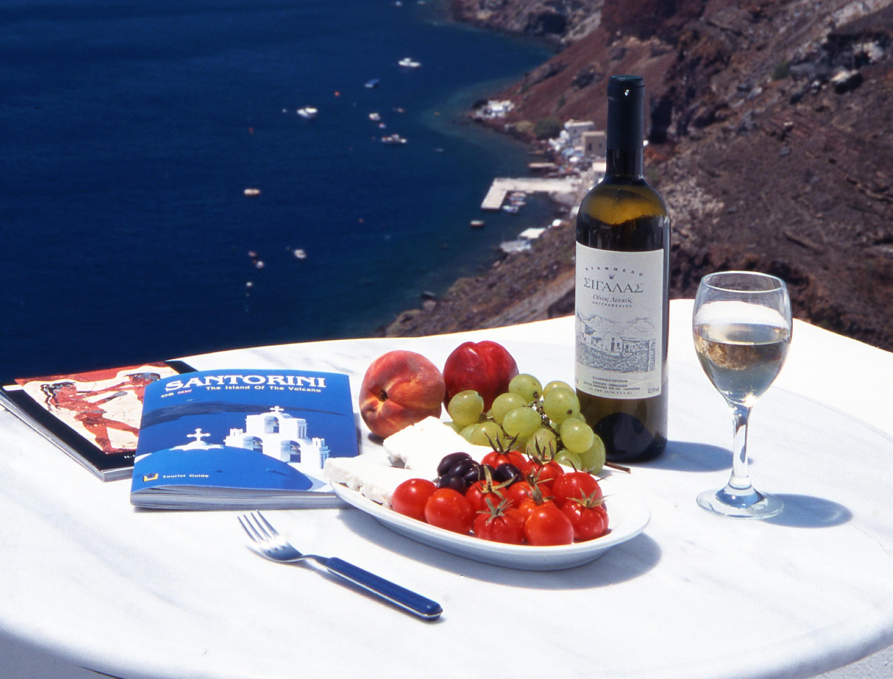 Frische Zutaten und ein leckeres Getränk - vor allem die Einfachheit macht die griechische Küche so besonders.
