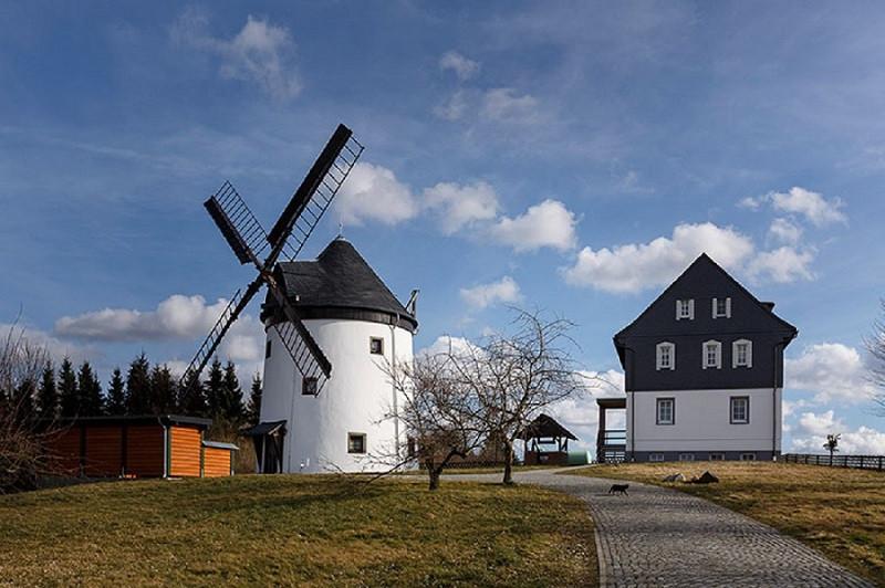 Der Turmholländer der Familie Haubner in Sohland am Rotstein beherbergt heute eine Ferienwohnung.