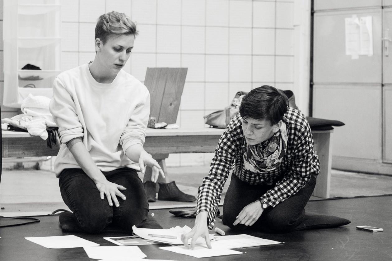 """Kreative Phase bei den Tänzerinnen und Choreographinnen der """"Go Plastic Company""""."""