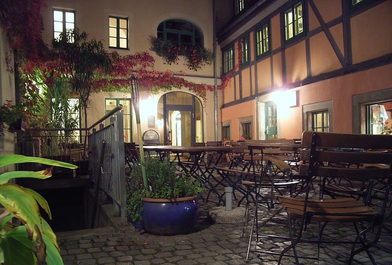 Vor allem abends ist der Innenhof der BrennNessel sehr anheimelnd. Bis zu 50 Gäste finden hier Platz.